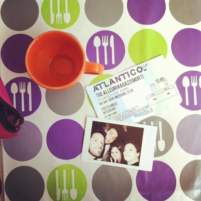 Colazione post concerto, con postumi alcolici ed emotivi #breakfastpic #treallegriragazzimorti #coffee #instax