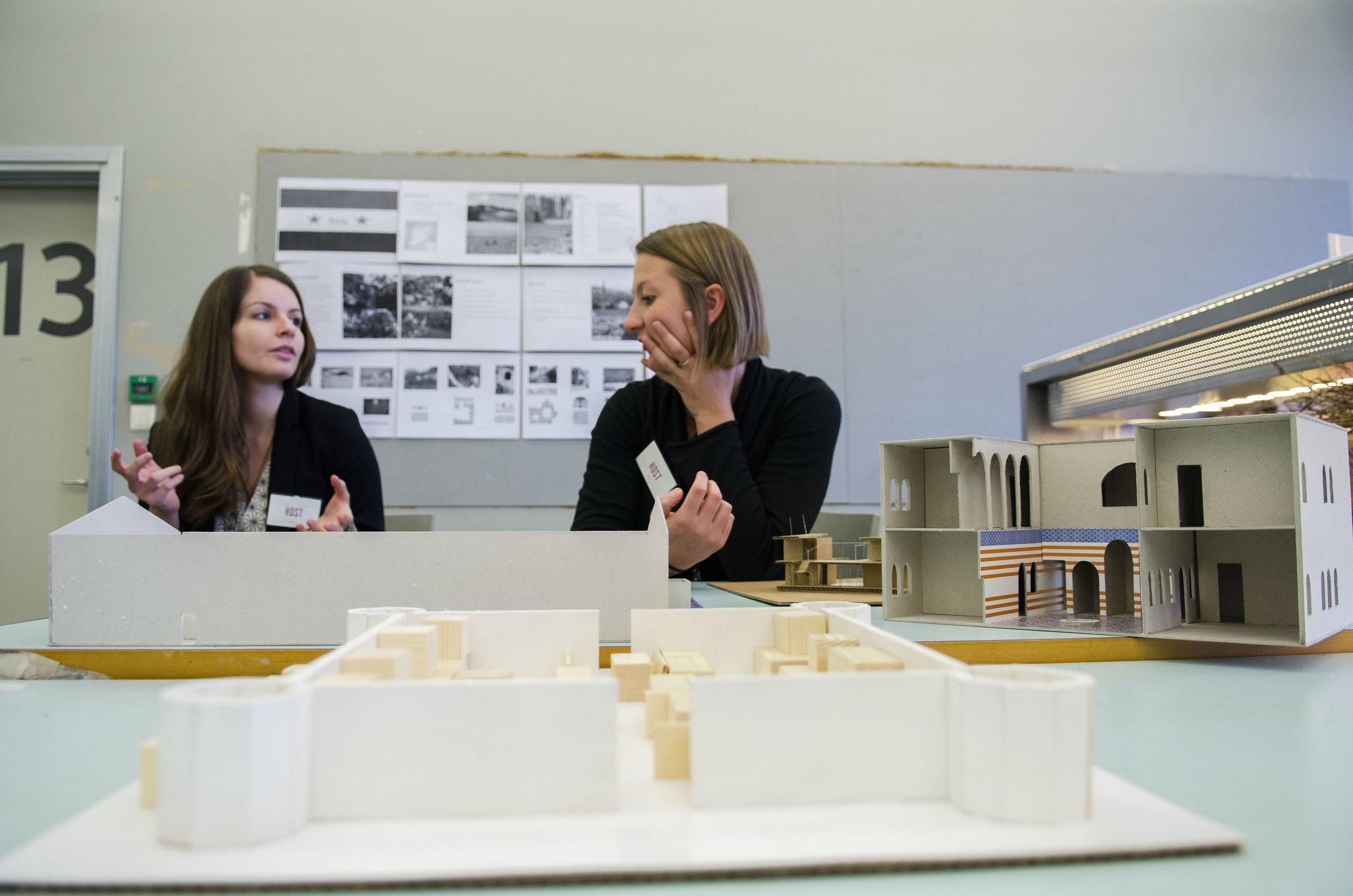 Arkitektstudentane Nadine Schmauser (v) og Eva Birgitte Storrusten har lært mykje om flyktningar dette semesteret