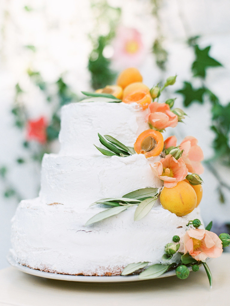 Wedding cake adorned with apricots and poppies | photo by Elena Pavlova | Fab Mood - UK wedding blog #weddinginspiration