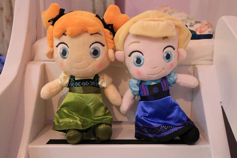 當初就是被這對艾莎和安娜娃娃燒到的,這是小時版。