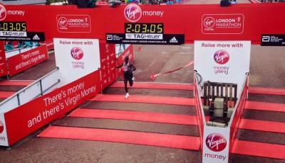Kipchoge vyhrál za 2:03:05 Londýnský maraton. 8 vteřin za světovým rekordem