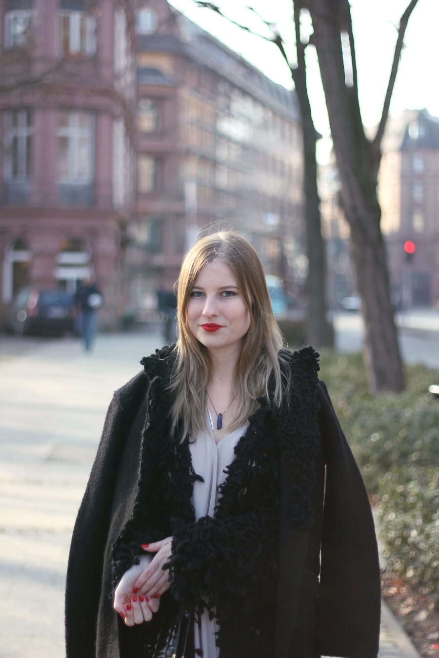 outfit blogger frankfurt girl red lips nails matchy mantel diesel coat zara dress