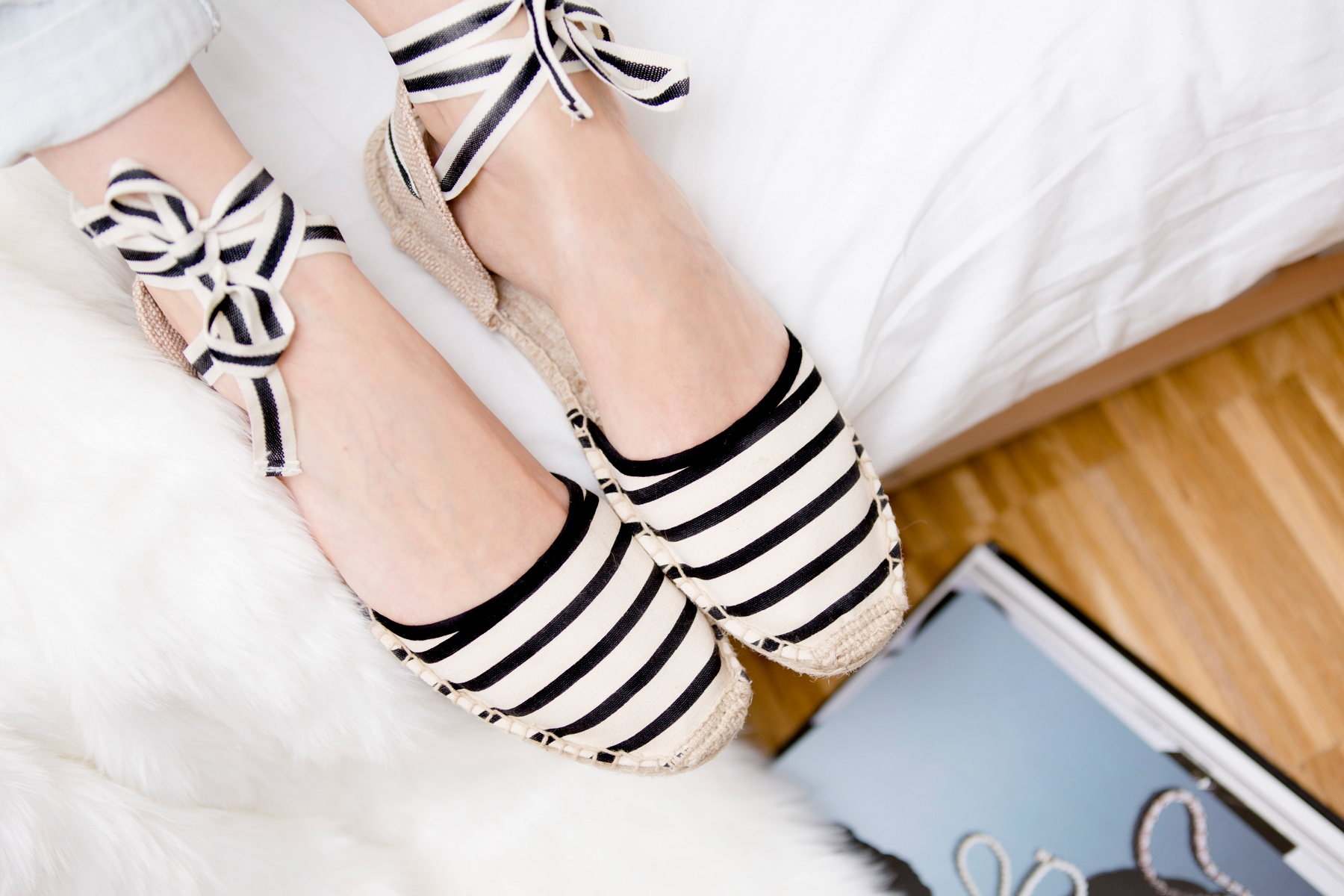 soludos striped espadrilles chanel book camelia reading relax clean white bright girl brunette bangs cats & dogs blog ricarda schernus fashionblogger düsseldorf germany berlin 2