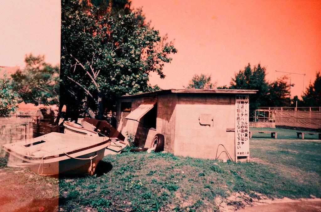 仲泊海岸 Okinawa Japan / Turquoise / Lomo LC-A+ 翻出了好久以前拍的作品,發現一些沒有完成上傳的部分,看著看著想起那時候拍攝當下的感受。  其實我也搞不清楚到底是為你拍的還是為妳拍的。  Lomo LC-A+ Lomography LomoChrome Turquoise XR 100-400 2191-0040 2015-10-26 ~ 2015-10-27 Photo by Toomore