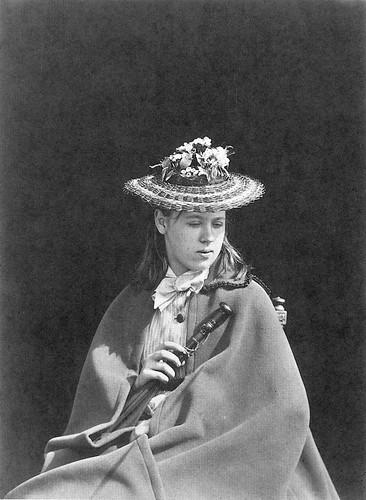 A girl wearing a straw hat. Девушка в соломенной шляпке.