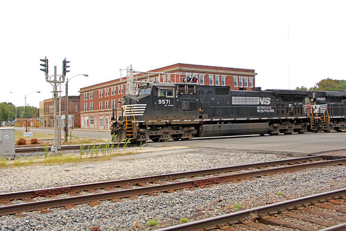 signals railroadsignals norfolksouthern norfolksoutherntrains centraliaillinois ns9571 nsmotivepower nsinillinois norfolksoutherninillinois