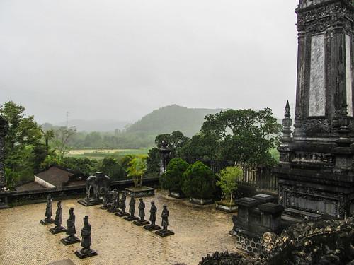 Le Tombeau de Khai Dinh: la Cour d'Honneur avec ses satues de mandarins, chevaux et éléphants