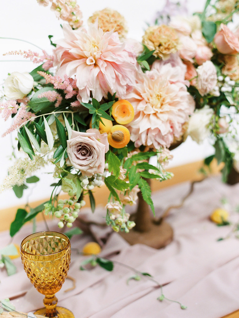 Dahlia and roses centerpieces with apricots | photo by Elena Pavlova | Fab Mood - UK wedding blog #styledshoot
