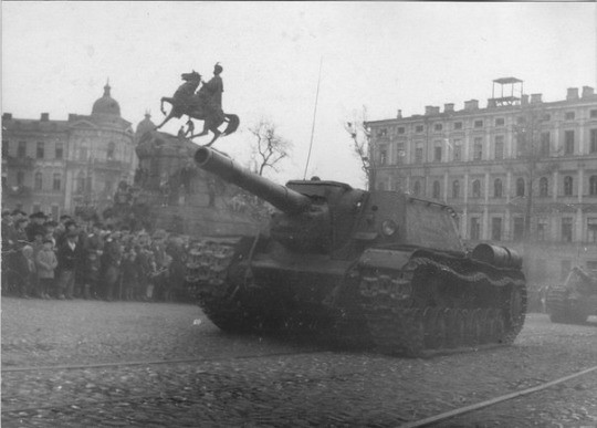 SU-152 déplacer dans un défilé le long de Vladimirskaya rue