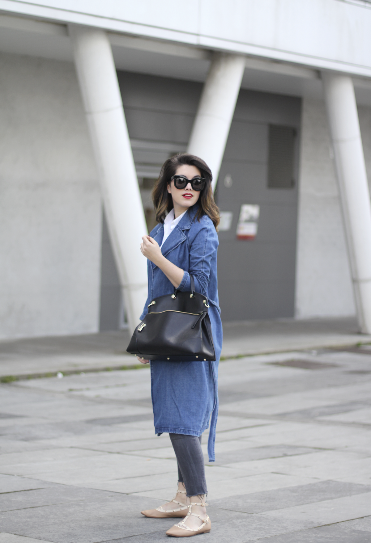 look with denim trench and piper furla streetstyle 9