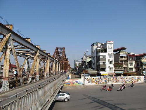 """Hanoi: le pont Long Biên et la """"route en céramique"""""""