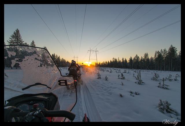 Laponia motos nieve renos pueblo papa noel - Amanecer desde la moto de nieve
