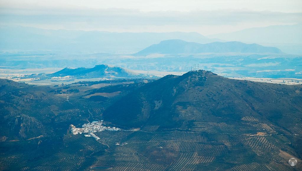 Solera pueblo bajo el cerro Morrón