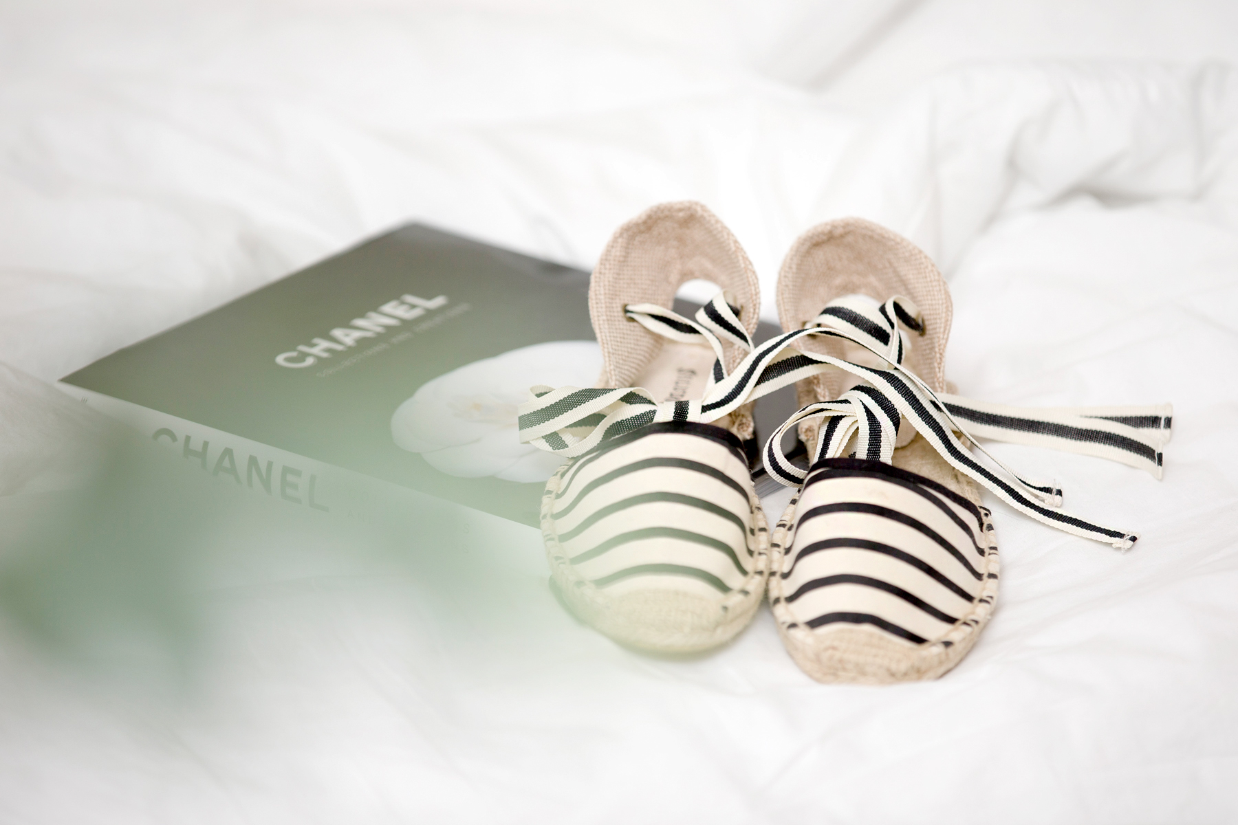 soludos striped espadrilles chanel book camelia reading relax clean white bright girl brunette bangs cats & dogs blog ricarda schernus fashionblogger düsseldorf germany berlin 1