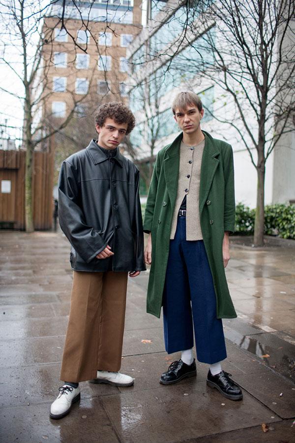 ワイドクロップドパンツコーデ 黒レザージャケット×茶パンツ&緑ダブルチェスターコート×紺パンツ