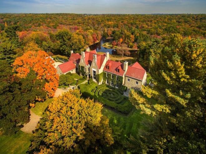 Замок среди деревьев в Коннектикуте