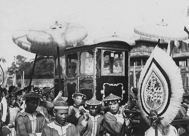 Hué 1936 - Son Altesse Bao Dai quittant le palais impérial de Hue - Vua Bảo Đại rời Hoàng cung ở Huế
