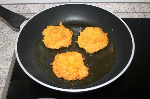 52 - Kartoffeltaler beidseitig anbraten / Fry potato thalers