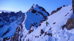 Przewodnik IVBV z Chamonix sprawdza dojście do przełęczy Col de la Neiges 3348m.