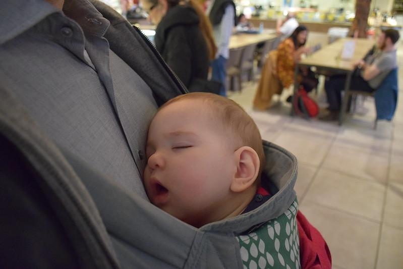 Dormida en su mochila.