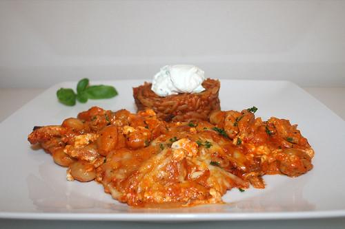 56 - Gyros bean casserole with tomato kritharaki  - Side view / Gyros-Bohnen-Auflauf mit Tomatenkritharaki - Seitenansicht
