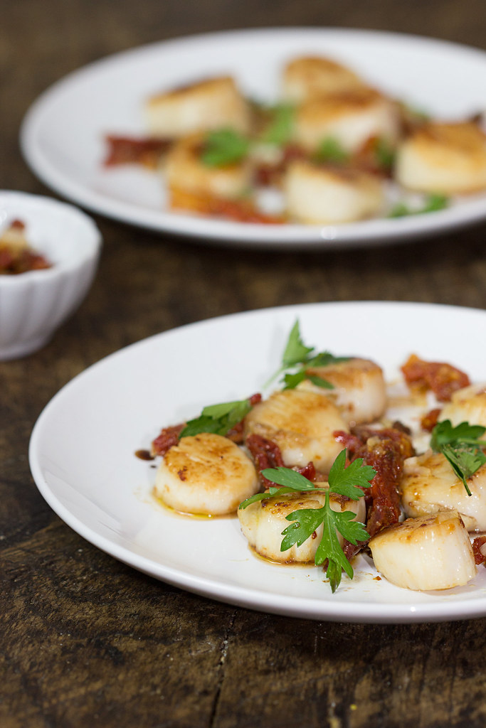 seared scallops with roasted garlic and sun-dried tomato confit