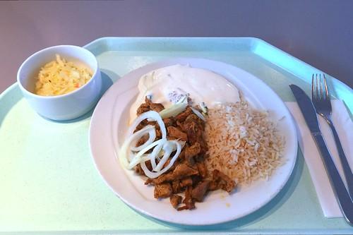 Pork gyros with tzatziki, fresh onions & rice / Gyros vom Schwein mit Tzatziki, frischen Zwiebeln & Reis