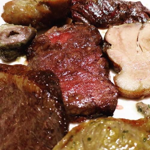 娘に、「パパのお皿は色が地味だね」って言われた。肉だらけだからね。