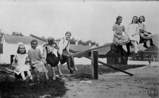 Seven girls on a see-saw / Sept fillettes sur une balançoire