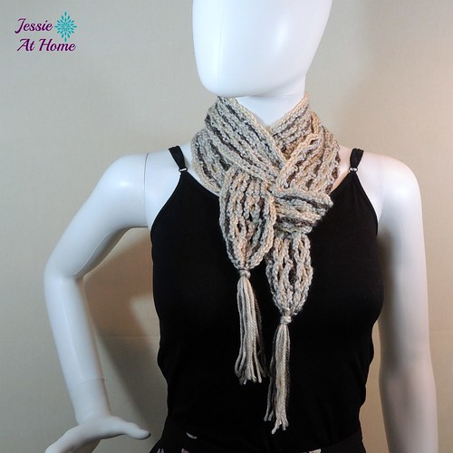 Netties-Super-Simple-Tassel-Scarf-free-crochet-pattern-by-Jessie-At-Home-1