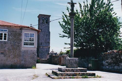 Antes - Ano 2000. A contorna da Igrexa e a reitoral de Santo Estevo de Sandiás antes do seu empedrado polo Obradoiro de Emprego