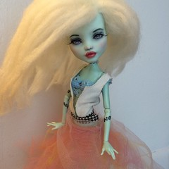 Frankie Repaint #miniature #monsterhigh #monsterhighdoll #frankie #doll #dollart #dollface #dollhair #dollooak #dollrepaint #monsterhighooak #monsterhighcustom #lubasmall #artist #mhrepaint #mhooak