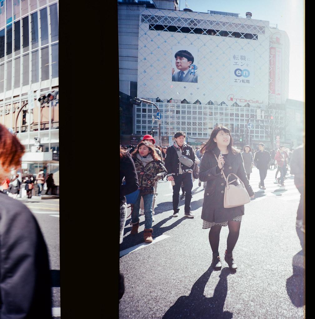 渋谷 Shibuya Tokyo, Japan / Kodak Pro Ektar 100 / Lomo LCA 120 2016/02/07 在除夕那天我離開千葉,進入東京一趟。  接著來到了渋谷,在這個大馬路上把所有的相機都拿出來盡情的按快門。  我好喜歡這裡!  Lomo LC-A 120 Kodak Pro Ektar 100 120 8282-0012 Photo by Toomore