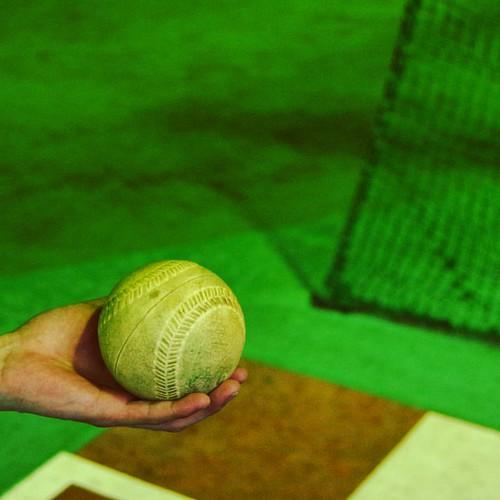 このバッティングセンター、ソフトボールもある!高校以来のソフトボール球。 #バッティングセンター #バッセン
