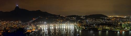 Vista nocturna del barrio de Botafogo desde el Cerro de Urca, Río de Janeiro, Brasil