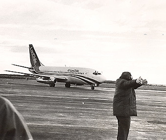 LAN B737-200 Adv llegando a Punta Arenas con el Papa abril 1987 (LATAM Airlines)