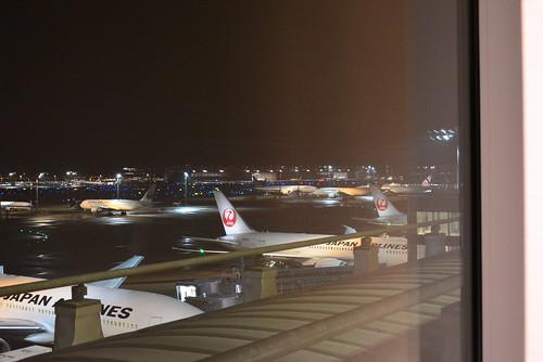 羽田空港国際線スカイラウンジアネックスからはJALの飛行機が見えます