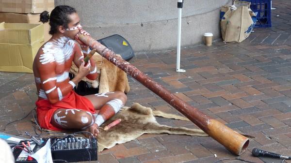 Aborigène de théatre et didgeridoo