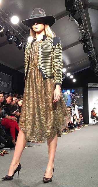La Condesa vestido dorado y chaqueta alucinante