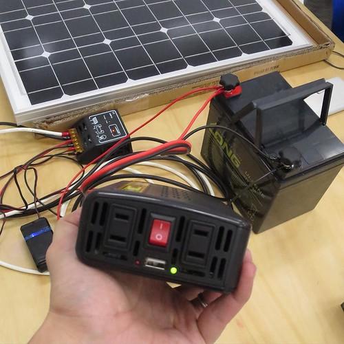 直流12Vのバッテリーを、家庭用の交流電源にするコンバーター。これで、家庭用のコンセントで電気が使えるようになる、と。