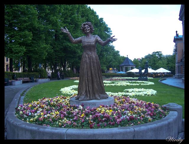 Fiordos noruegos llegada Oslo - Estatua de Wenche Foss