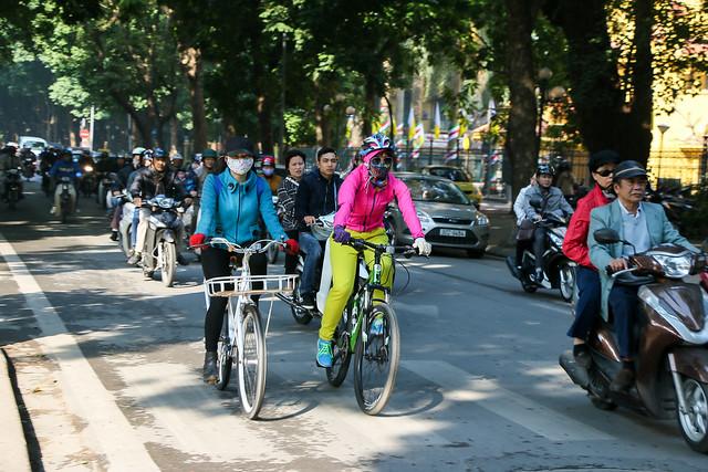 Street in the morning, Hanoi, Vietnam ハノイ、朝の大通り