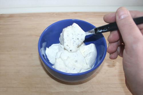 10 - Schmand & Creme fraich in Schüssel geben / Put sour cream & creme fraiche in bowl