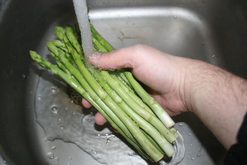 10 - Spargel waschen / Wash asparagus