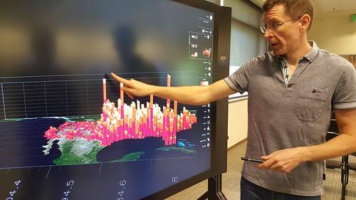 แสดงข้อมูลการเกิดพายุทอนาโดเป็นฮิสโตแกรมบนแผนที่แบบสามมิติ