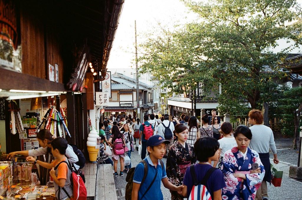 清水寺 京都 Kyoto, Japan / Kodak ColorPlus / Nikon FM2 從花見小路一路慢慢走回到清水寺,那時候在京都是住在清水寺下面,剛到京都的第一天下雨,我也是跑來拍雨天的清水寺。  延續黃昏,過來拍幾張紀念。  Nikon FM2 Nikon AI AF Nikkor 35mm F/2D Kodak ColorPlus ISO200 0991-0019 2015-09-28 Photo by Toomore