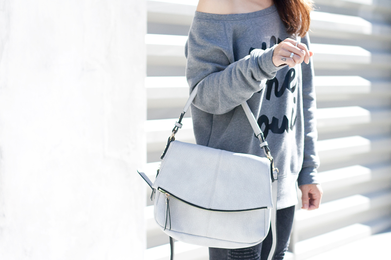 09graphic-sweatshirt-gray-handbag-black-denim-sf-style-fashion