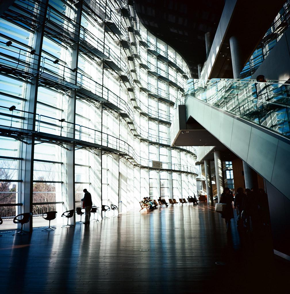 国立新美術館 Tokyo Japan / Kodak Pro Ektar 100 / Lomo LCA 120 2016/02/07 六本木之丘往北走一小段路就可以到国立新美術館,這裡真的很漂亮,不同時段的光影表現都可以拍很多東西!  我很愛這裡!  Lomo LC-A 120 Kodak Pro Ektar 100 120 8282-0003 Photo by Toomore