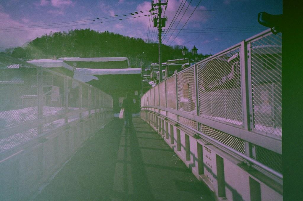 小樽 Otaru Japan / Revolog Kolor / Lomo LC-A+ 2016/02/03 第一次拍 Revolog Kolor 這卷特效片,感覺和想像中的顏色不太一樣,以為會是一格內有七彩的顏色,但是看起來是一捲不同部位隨意的顏色,有點特別。  那時候到了小樽,往山坡的方向走去。  Lomo LC-A+ Revolog Kolor 8270-0002 Photo by Toomore