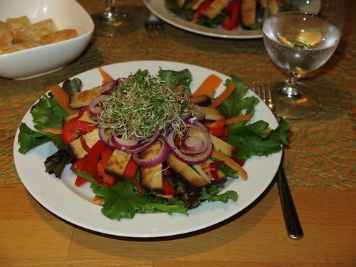 Großer Salatteller mit Räuchertofu, Paprika, Alfalfa und noch einigem mehr